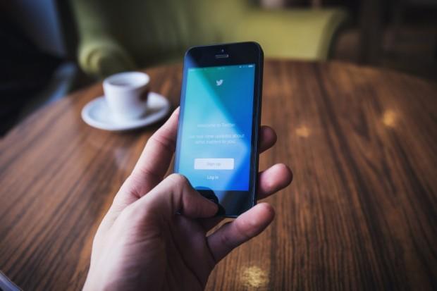 Twitter запустил быстрые ответы вличной переписке сбрендами