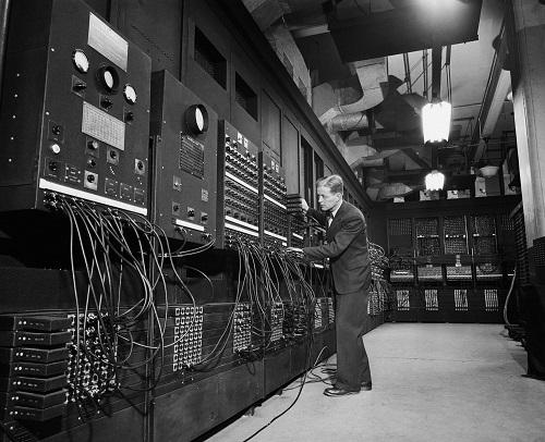 Эволюция ПК от момента создания до массового производства by Но основное применение ЭНИАК получил как решебник по математическому моделированию термоядерного взрыва супер бомбы по гипотезе Улама Теллера Перед