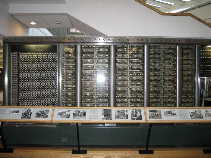 Эволюция ПК от момента создания до массового производства by Вот что из себя представлял первый американский программируемый компьютер Машина была собрана под стеклянно стальным корпусом Вся система содержала около
