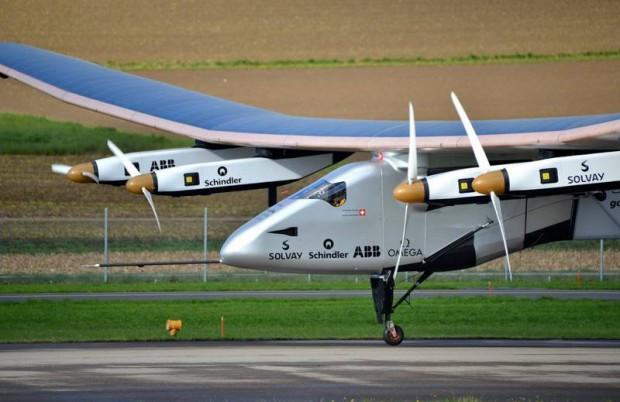 Самолет насолнечных батареях заканчивает кругосветный полет